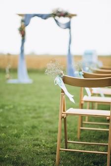 Belle arche de mariage et sièges