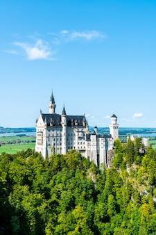 Belle architecture au château de neuschwanstein dans les alpes bavaroises d'allemagne.
