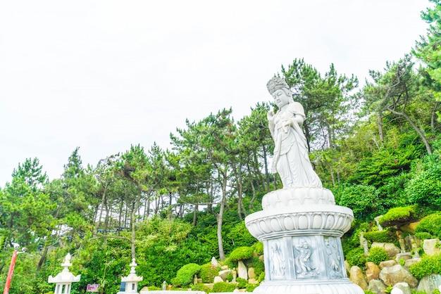 Belle architecture au temple haedong yonggungsa se trouve sur une falaise