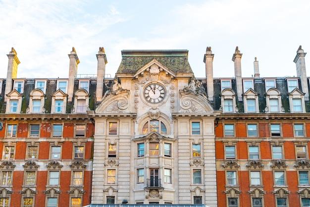 Belle Architecture à L'extérieur De La Gare Victoria Photo Premium