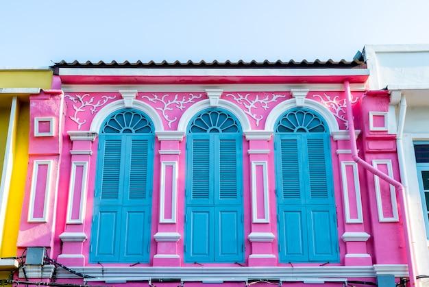 Belle architecture de la vieille ville de phuket avec de vieux bâtiments de style portugais sino