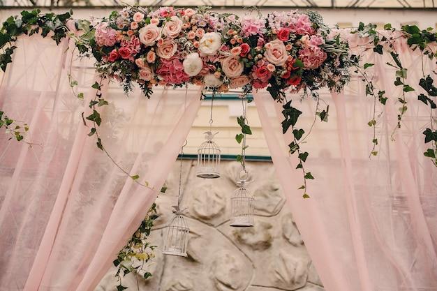 Belle arrangement avec cages suspendus