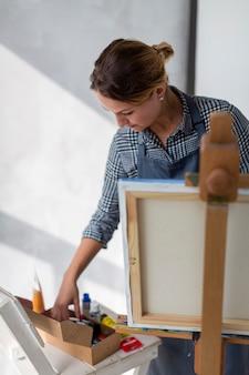 Belle artiste à la recherche d'outils d'art