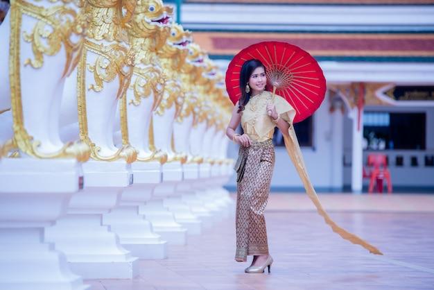 Belle asiatique avec une expression bienvenue. femme thaïlandaise fantaisie beauté.