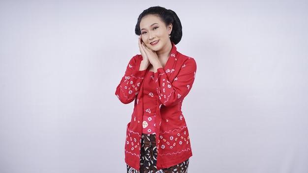 Belle asiatique en kebaya posant gâté isolé sur fond blanc
