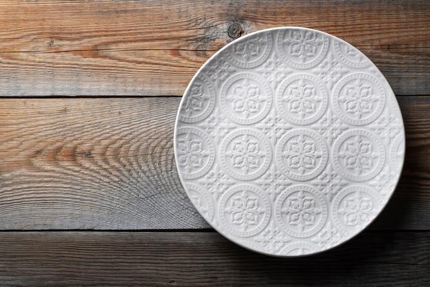 Belle assiette blanche vide avec ornement.