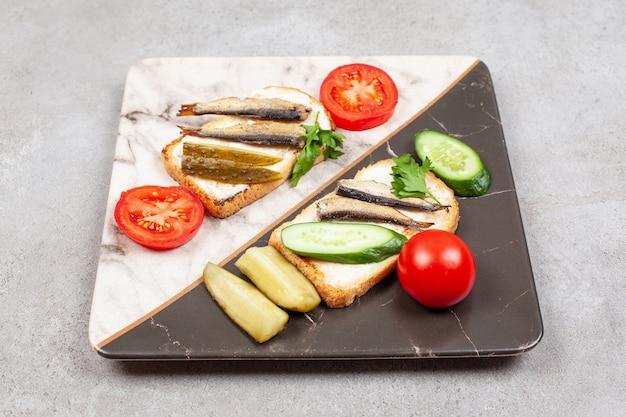 Une belle assiette avec des toasts frits et des sprats