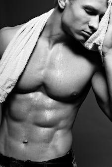 Belle athlète tenant et une serviette vers le bas.