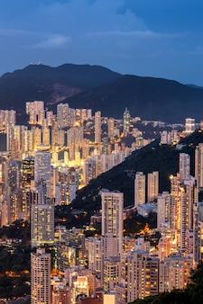 La belle atmosphère de la vie nocturne de hong kong.