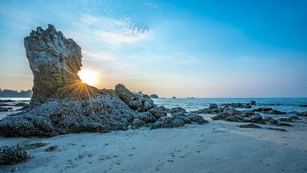 Belle aube avec plage de pierre de la mer