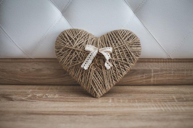 Une belle bague de fiançailles était attachée au cœur du fil.