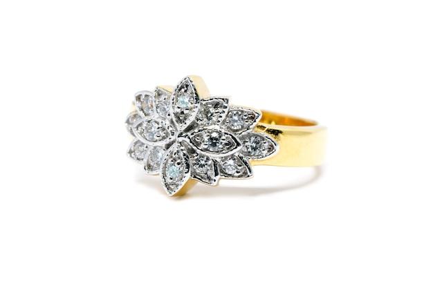 Belle bague en or avec diamant isolé sur fond blanc, bague de mariage et concept de l'amour