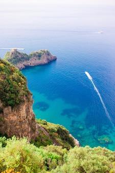 Belle baie accueillante avec des bateaux et une eau turquoise claire en italie