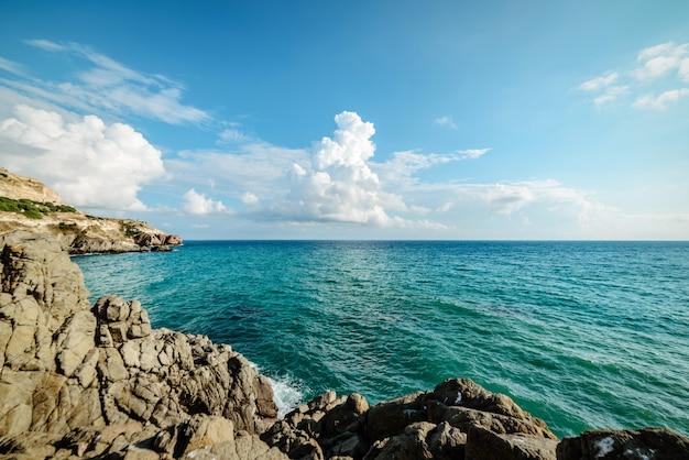 Belle baie bleue sur la plage
