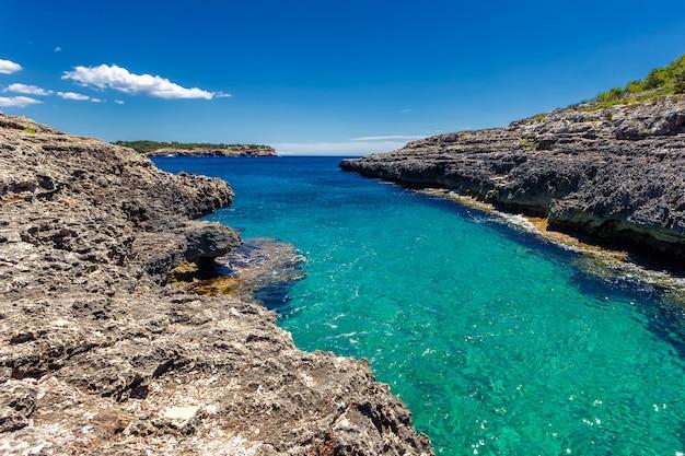 Belle baie étroite avec de l'eau turquoise claire dans le parc national de cala mondrago, majorque