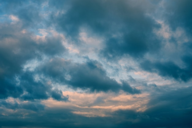 Belle beauté du soir ciel sombre et nuages au coucher du soleil