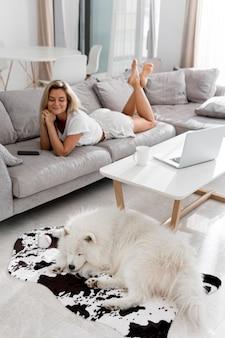 Belle et belle femme et chien