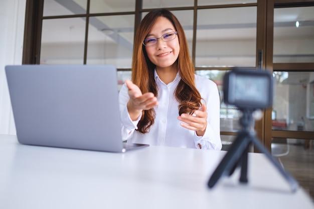 Une belle blogueuse ou vlogger asiatique enregistrant une vidéo