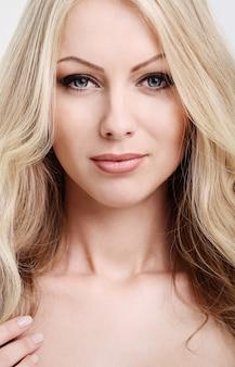 Belle blonde aux cheveux bouclés