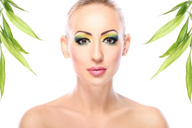 Belle blonde aux feuilles de bambou