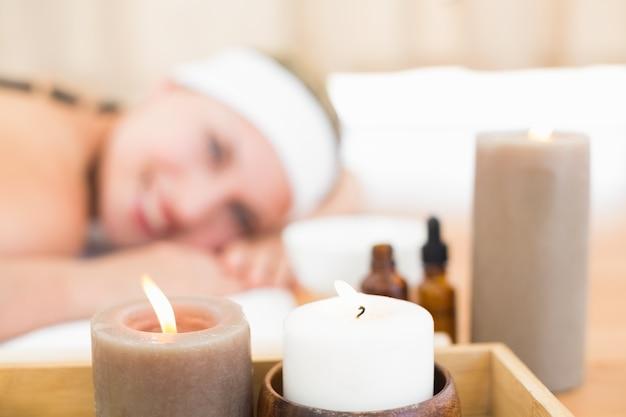 Belle blonde bénéficiant d'un massage aux pierres chaudes
