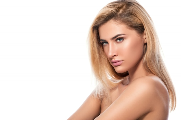Belle blonde sur fond blanc