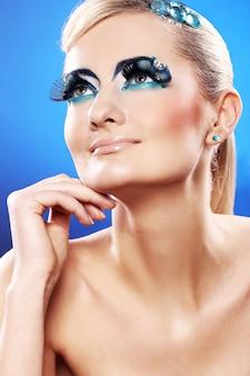 Belle blonde avec maquillage artistique