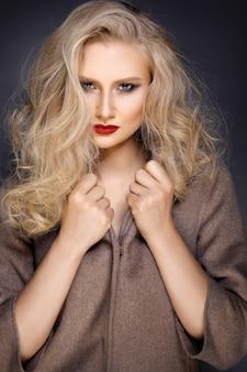 Belle blonde avec un maquillage lumineux