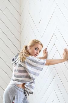 Belle blonde sur le mur