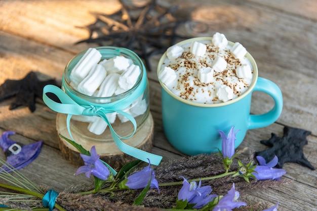 Une belle boisson au café avec de petits morceaux de guimauve et de chocolat râpé. le jour de l'halloween.