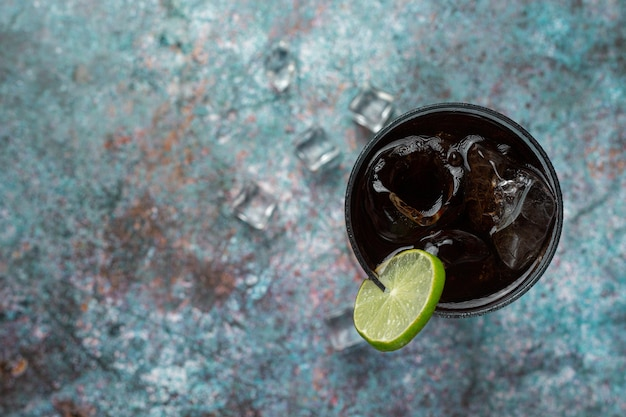 Belle boisson froide de cola avec des glaçons