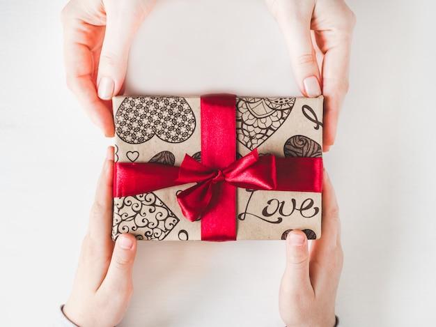 Belle boîte avec un cadeau. félicitations aux parents
