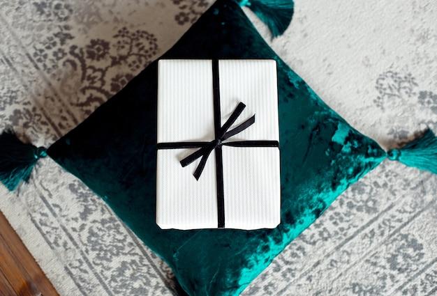 Belle boîte cadeau de noël sur un coussin