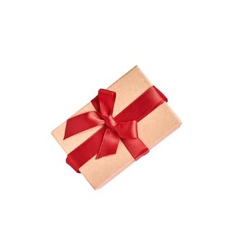 Belle boîte cadeau avec ruban rouge isolé sur blanc. carte de voeux saint valentin.