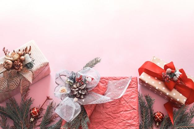 Belle boîte de vacances cadeau sur fond rose