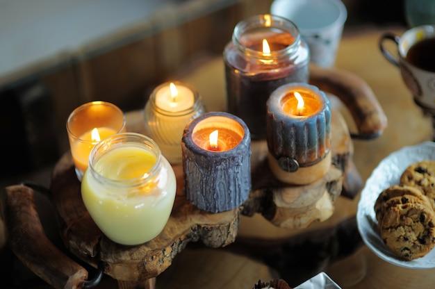 Belle bougie allumée sur la table en bois