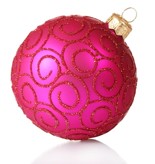 Belle boule de noël rose isolé sur blanc