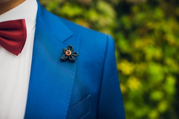 Belle boutonnière du marié. concevez une boutonnière. jour de mariage.