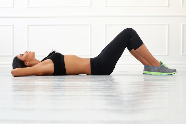 Belle brune faire de l'exercice