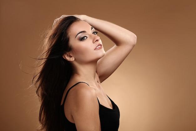 Belle brune avec un maquillage de soirée