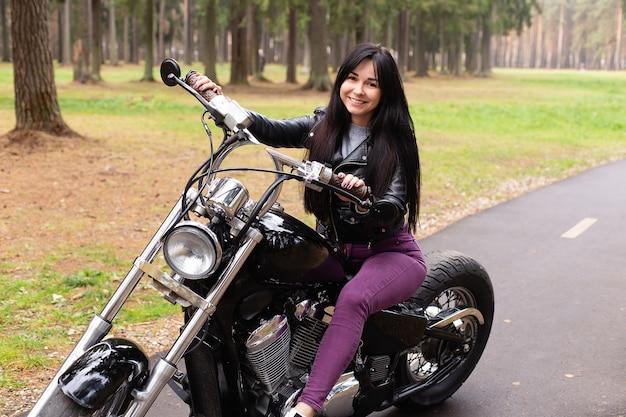 La belle brune sur une moto