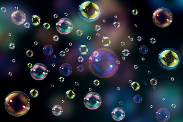 Belle de bulles de savon colorées comme toile de fond.