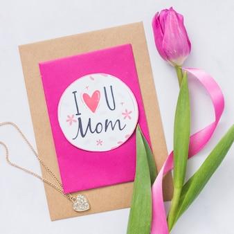 Belle carte de fête des mères avec tulipe