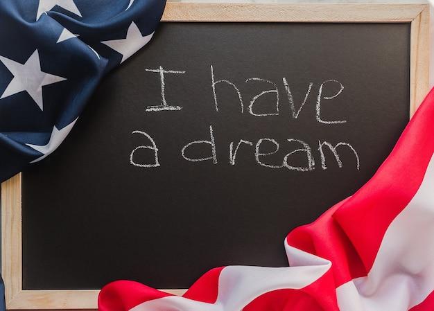 Belle carte de voeux avec l'image du drapeau américain. surface en bois texturé.