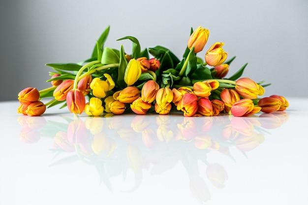 Belle carte de voeux avec des tulipes