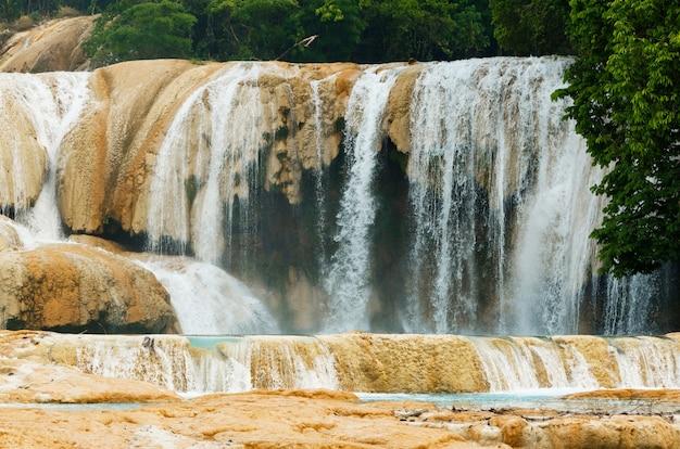 Belle cascade agua azul au chiapas, mexique.