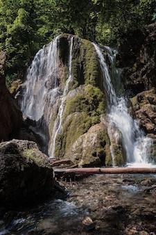 Une belle cascade au fond de la forêt, une aventure de montagne escarpée dans la forêt tropicale.