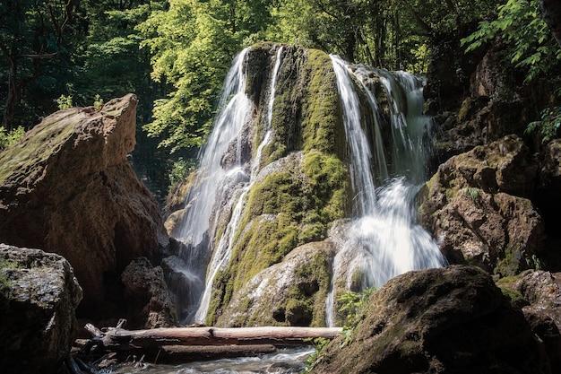 Une belle cascade au fond de la forêt tropicale, une aventure de montagne escarpée dans la forêt tropicale. cascade d'argent après l'effondrement de la visière, crimée, russie