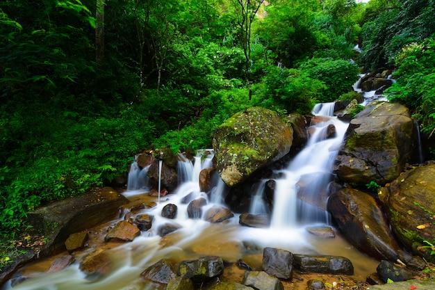 Belle cascade au sri lanka