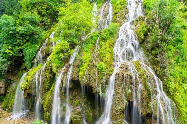 Belle cascade (cascade de kuzalan) dans la province de karadeniz. giresun - turquie